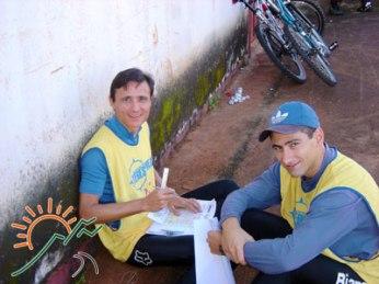 Edson Murakami e Evandro Torezan preparando o mapa
